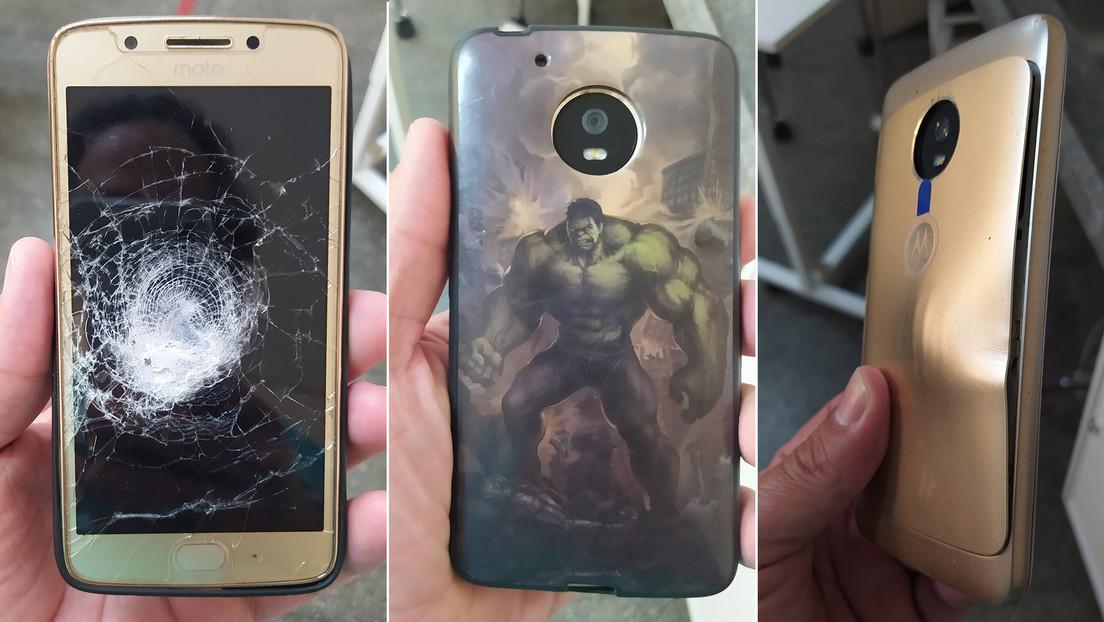 Un hombre se salva tras recibir un balazo que rebotó en su celular con funda de  Hulk