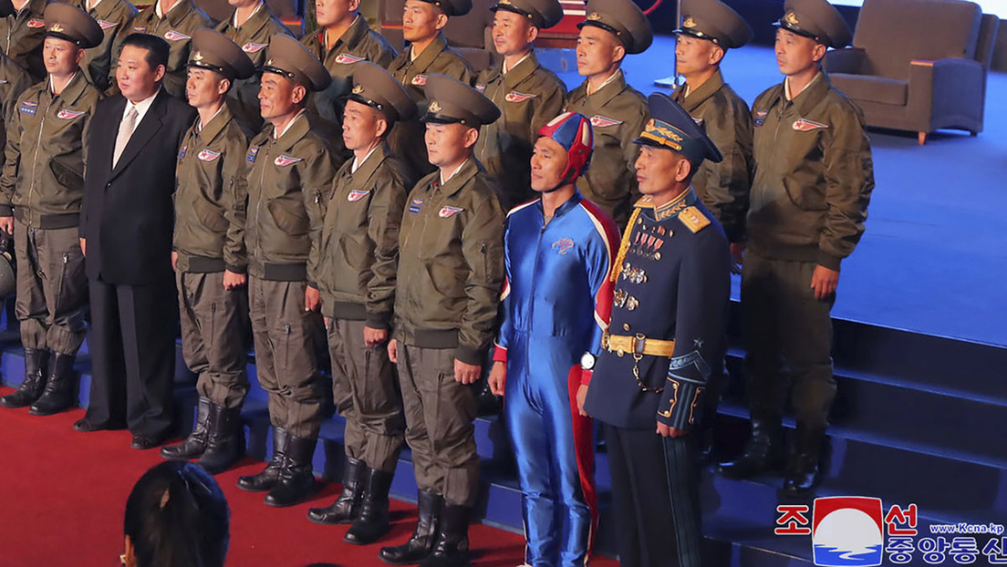El 'Capitán América' norcoreano que aparece con Kim Jong-un en una foto desata una fiebre de burlas y memes en las redes