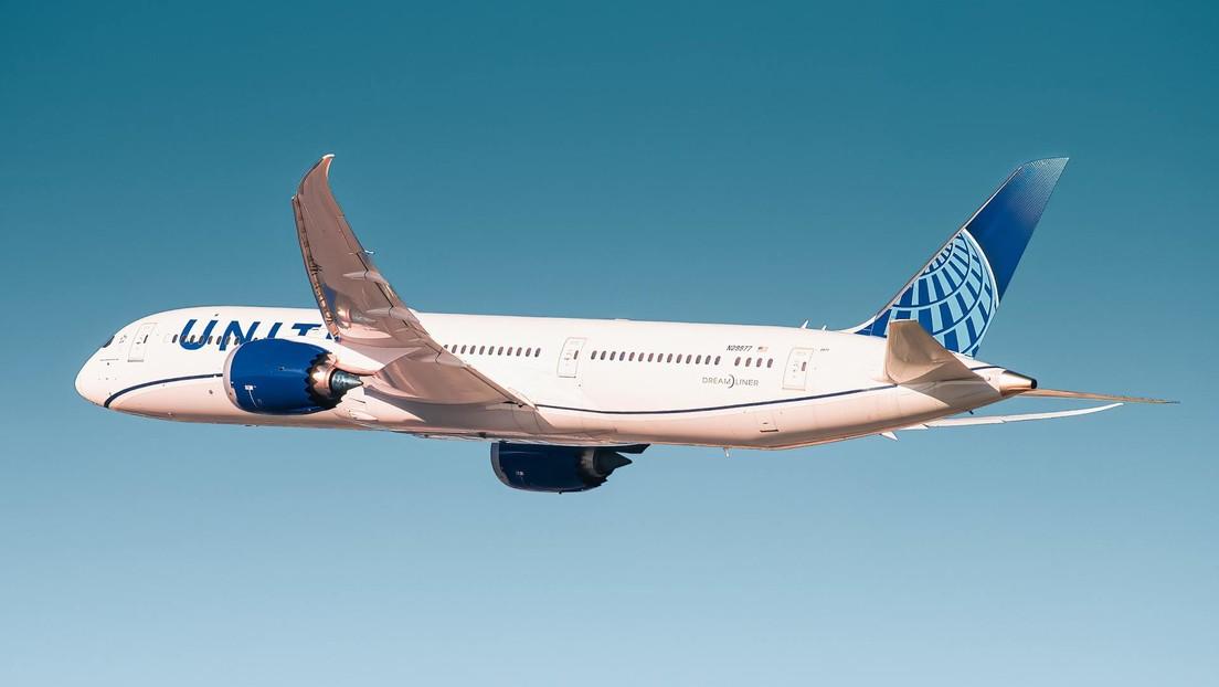 """""""Te voy a romper el cuello"""": un hombre amenaza a los auxiliares de vuelo y otros pasajeros por pedirle ponerse la mascarilla (VIDEO)"""