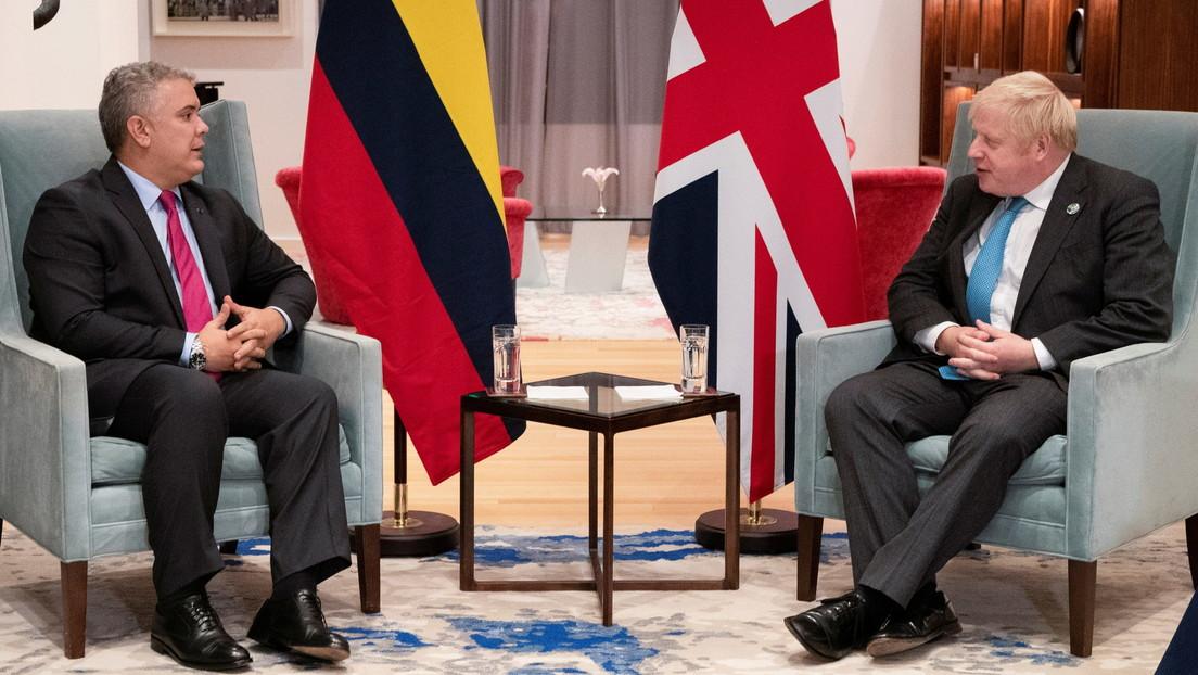 """La no tan velada estrategia de Reino Unido para """"mejorar su percepción"""" en Colombia (mientras financia a la Policía y continúa su inversión minera)"""