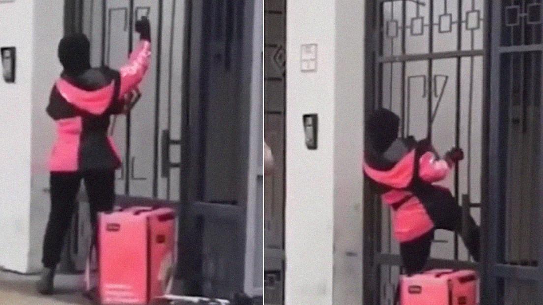 VIDEO: Repartidora de comida se topa con una puerta cerrada y se las ingenia para entregar como sea el pedido