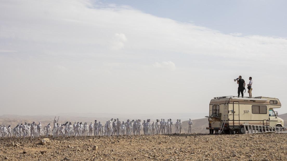 Cientos de voluntarios se desnudan para una sesión de fotos en Israel para llamar la atención sobre la disminución del mar Muerto