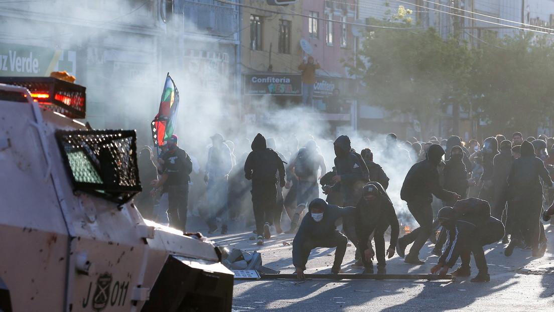 Disturbios y saqueos durante las masivas manifestaciones en Chile al cumplirse 2 años del estallido social (VIDEOS)