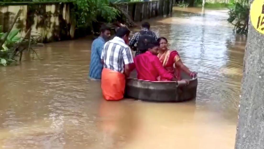 VIDEO: Una pareja llega a su boda en una gran olla, en medio de las masivas inundaciones que azotan la India