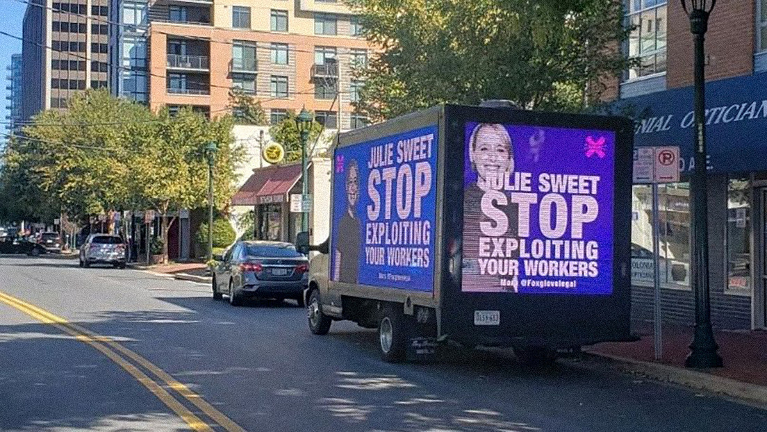 """""""Deja de explotar a tus trabajadores"""": moderadores de contenido de Facebook protestan por sus bajos salarios con una valla publicitaria móvil"""