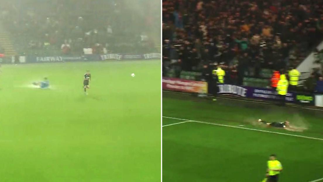 Dos futbolistas pierden el balón bajo la lluvia y se esfuerzan por anotar un gol con la portería vacía (VIDEOS)