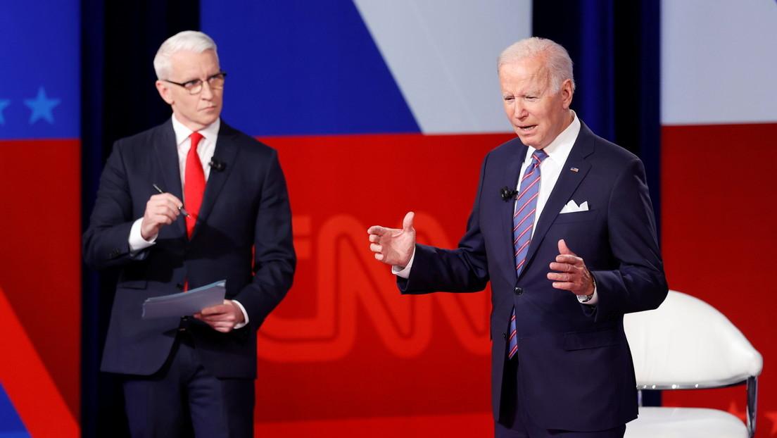 VIDEO: Una extraña postura de Biden durante un foro acumula millones de visualizaciones y desata una avalancha de memes en la Red