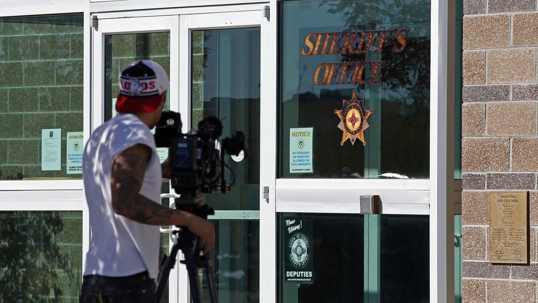 A Alec Baldwin le dijeron que la pistola no tenía balas reales antes del disparo que mató a Halyna Hutchins, según la declaración jurada