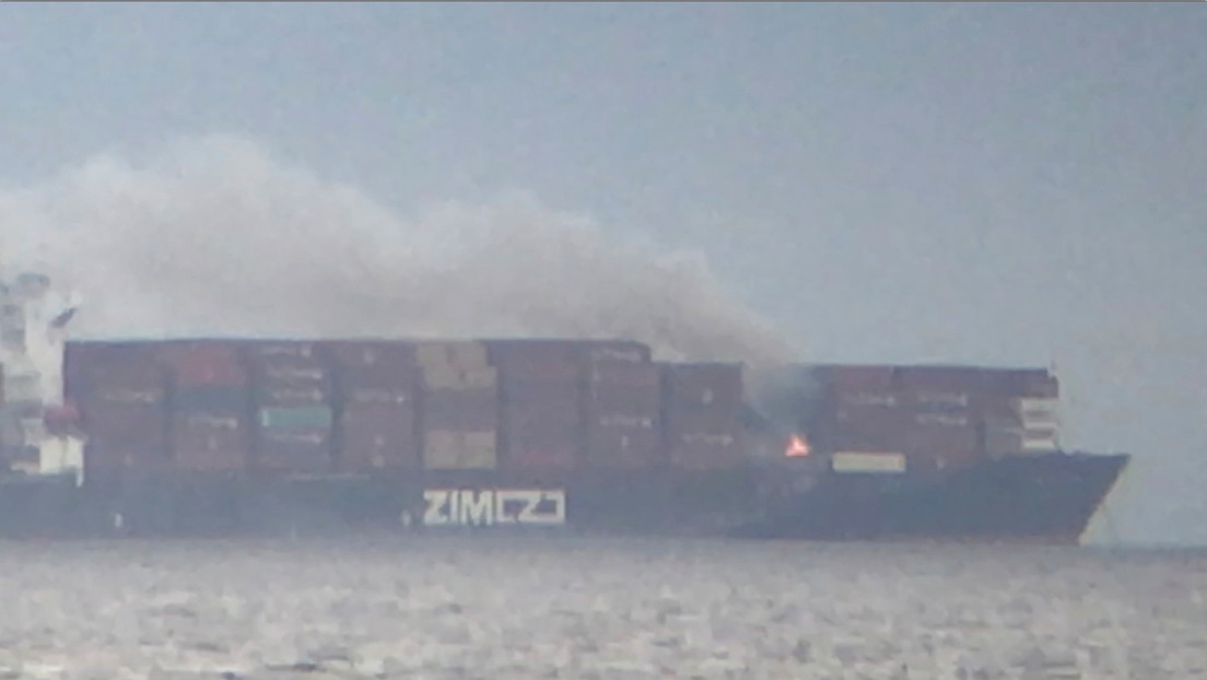 VIDEO: Contenedores con materiales peligrosos se incendian a bordo de un carguero cerca de las costas de Canadá y emiten humos tóxicos