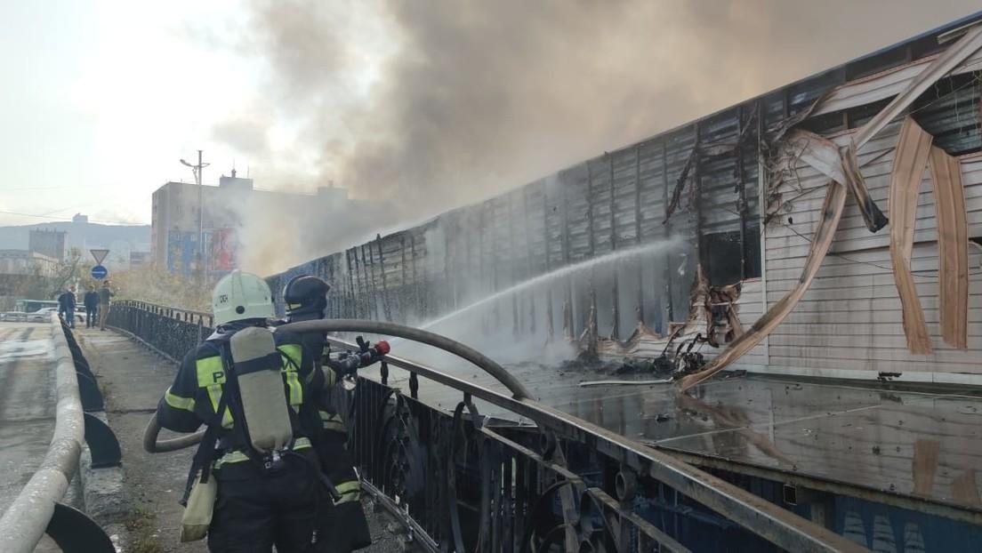 Un gran incendio en un mercado de Vladivostok obliga a evacuar a 70 personas