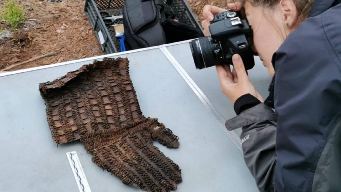 El fragmento de una coraza de láminas descubierto por una expedición de la Sociedad Geográfica Rusa.