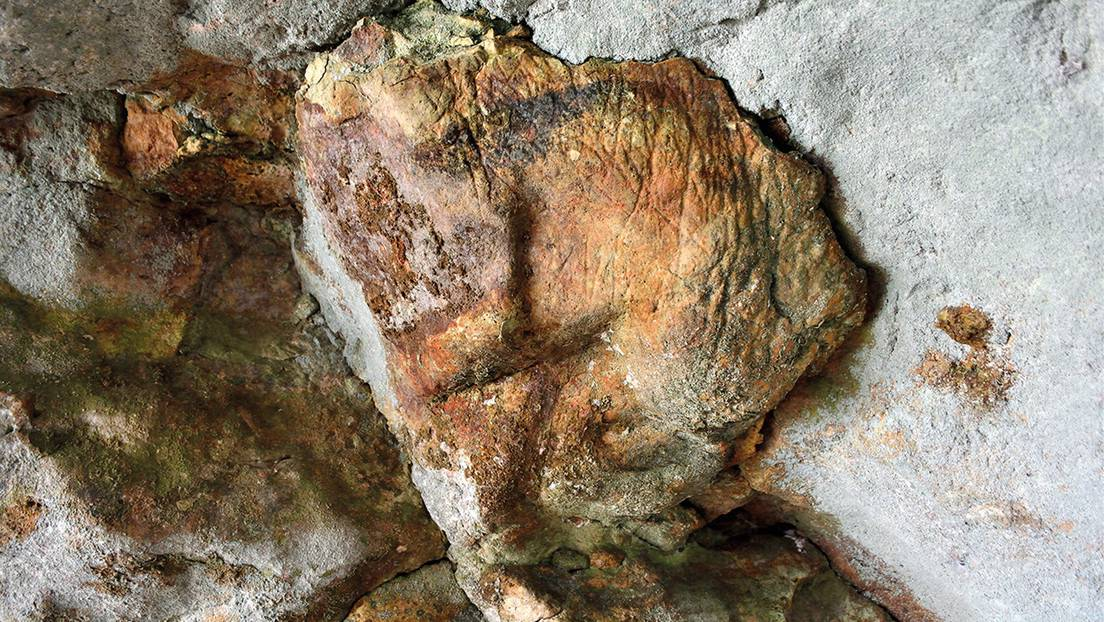 Muestra del motivo reticulado encontrado en la cueva Romanelli