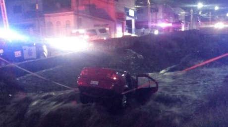 Un socavón se abre en medio de una avenida en México y una pareja muere al caer con su auto en un canal cercano