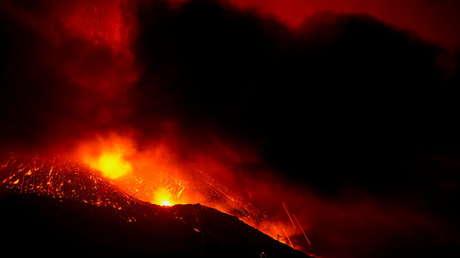 """La erupción de Cumbre Vieja continúa tras más de dos semanas y los expertos predicen que el final """"no está cercano"""" (VIDEO)"""