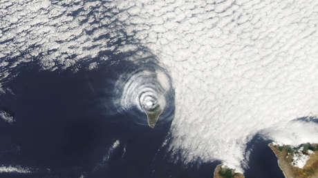 Una imagen satelital muestra unas inusuales nubes onduladas que se formaron sobre La Palma tras la erupción del volcán Cumbre Vieja