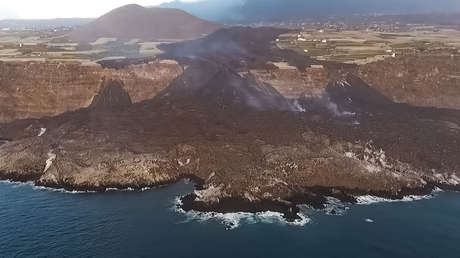 Espectaculares imágenes del terreno creado por el volcán  de La Palma y la caída de una colada sobre las plataneras