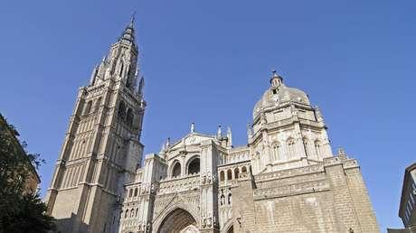 """""""Uso indebido de un lugar sagrado"""": arzobispado de Toledo se disculpa por el clip """"sensual"""" de C. Tangana y Nathy Peluso rodado en la catedral"""