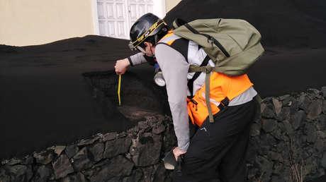 Estiman que el volcán de La Palma ya ha expulsado entre ocho y nueve millones de metros cúbicos de ceniza