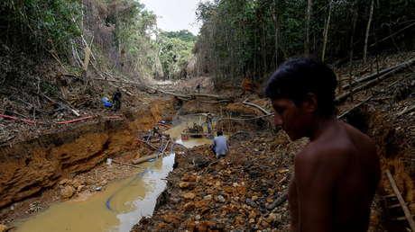 Dos niños yanomamis son engullidos por el río tras jugar cerca de una maquinaria de mineros ilegales en la Amazonia brasileña