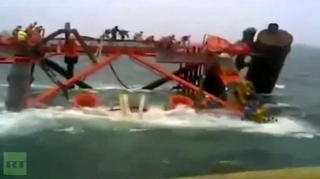 Video: Parte de una plataforma petrolera iraní naufraga en el golfo Pérsico