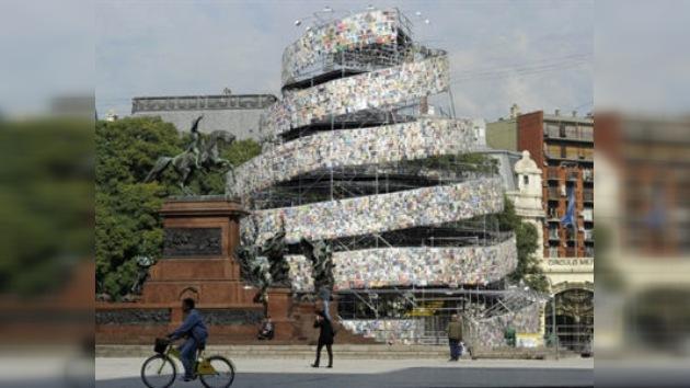 Inauguran en Buenos Aires una 'Torre de Babel' hecha con 30.000 libros
