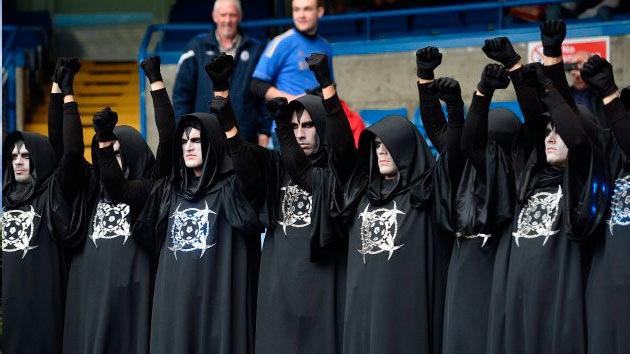 ¿Quiénes son los aficionados encapuchados que causaron pánico en Europa?