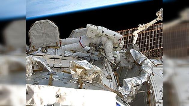 Astronautas del Discovery completan tareas de segunda salida al espacio