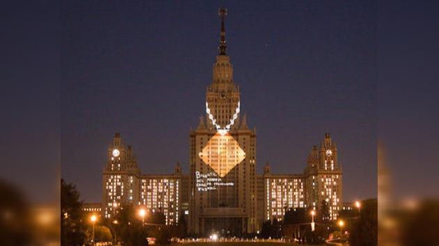 Proyectan símbolo del tránsito seguro en la Universidad de Moscú
