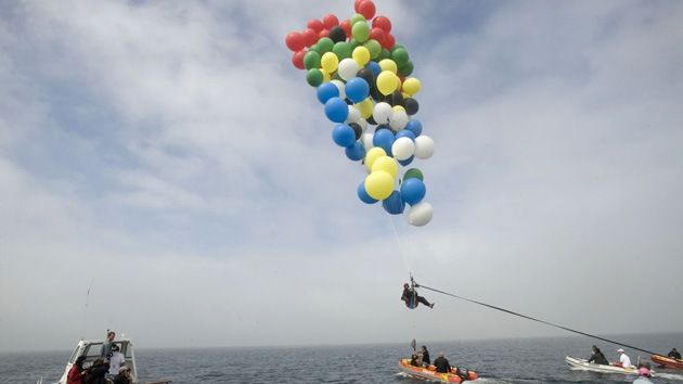 Fotos: Un sudafricano realiza un vuelo sobre el Océano Atlántico usando 200 globos