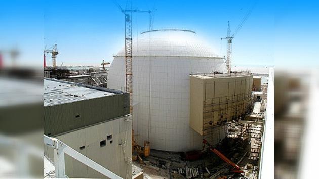 Los técnicos rusos realizan una prueba en la central nuclear en Irán