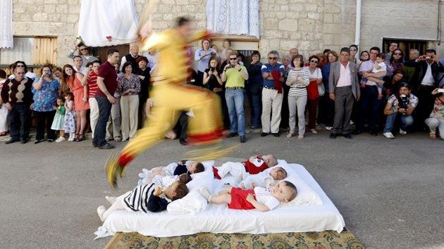 ¿Cómo ahuyentar los malos espíritus de los bebés? ¡Saltando sobre ellos!