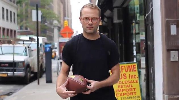 Acoso parodiado: Un hombre blanco recibe saludos y pelotas en las calles de Nueva York