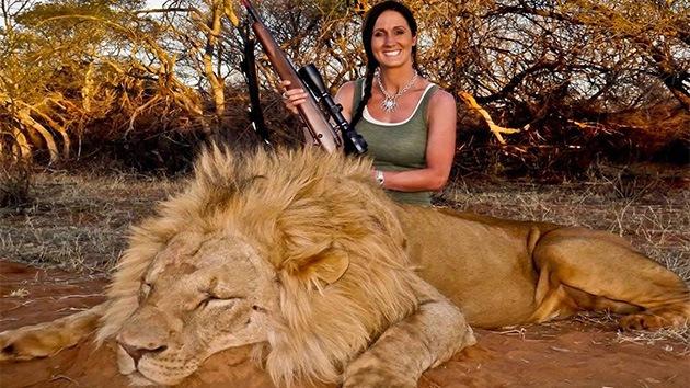 Polémica por la foto de una presentadora posando con su trofeo de caza