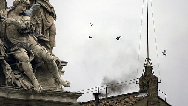 El Vaticano revela la tecnología que colorea el humo de la fumata