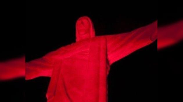 El Cristo Redentor de Río de Janeiro se viste de rojo en el Día Mundial Sin Tabaco