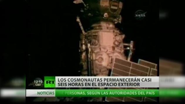 Los cosmonautas rusos realizan la primera salida de la EEI en 2010