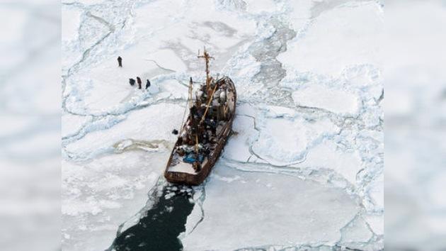 El rompehielos ruso Makárov libera un buque atrapado en el mar de Ojotsk