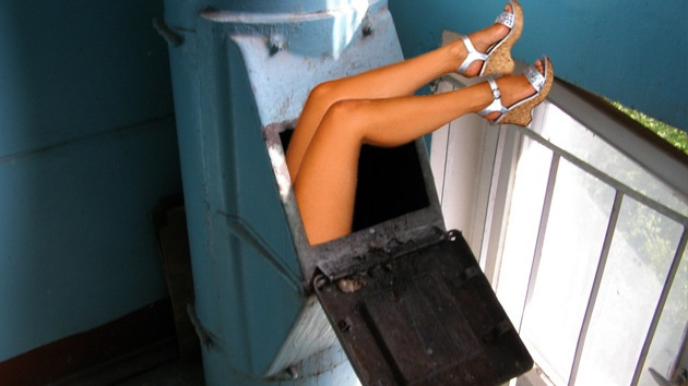 Una rusa, atrapada en la tubería de la basura tratando de 'rescatar' sus cosméticos