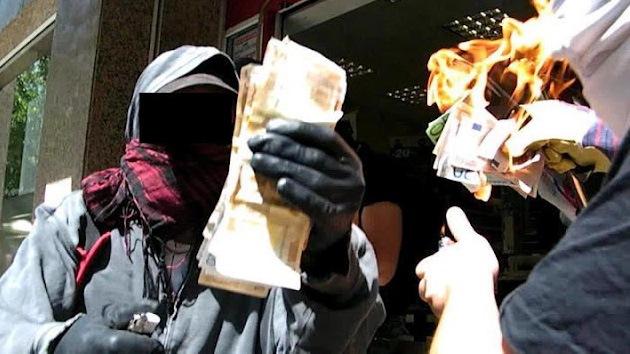 Video: Anarquistas griegos queman el dinero que robaron