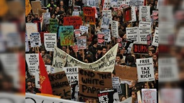 Marcha estudiantil 'calienta' las calles de Londres