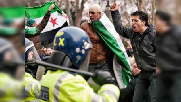 Manifestantes atacan varias embajadas sirias alrededor del mundo