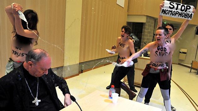 Fotos: Mujeres en toples echan agua al arzobispo de Bélgica contra la homofobia