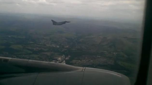 Video: Un caza británico escolta a un avión comercial debido a un dispositivo peligroso
