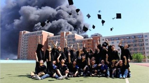 Escándalo en China: graduados felices posan delante de residencia estudiantil en llamas
