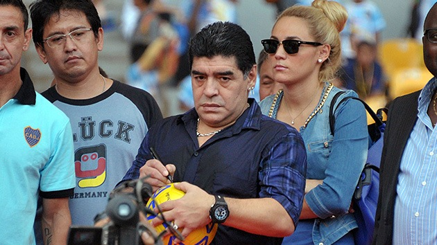 Diego Maradona patea a un fotógrafo