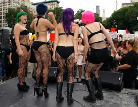 Chicas atractivas y ligeras de ropa ocupan Wall Street