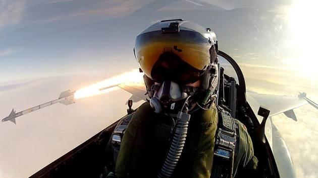 El 'selfie' más destructivo: un piloto se fotografía mientras lanza misiles