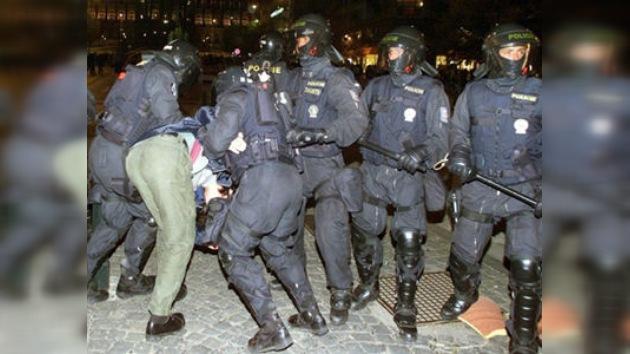 La Policía checa detiene a 8 sospechosos de apoyar el terrorismo