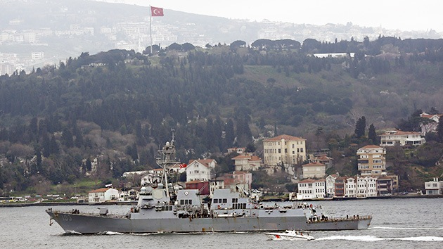 U.S. Navy guided-missile destroyer USS Truxtun sets sail in the Bosphorus, on its way to the Black Sea March 7, 2014.