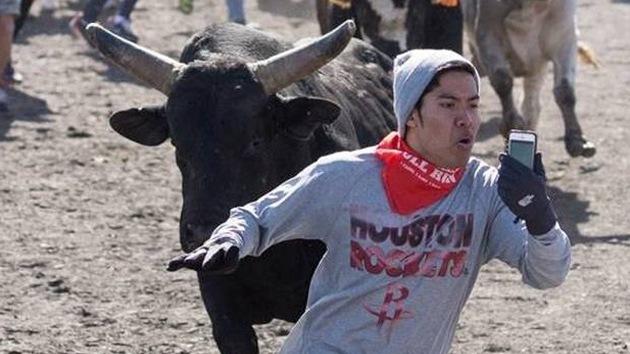 El video más peligroso: un joven se graba mientras es perseguido por toros